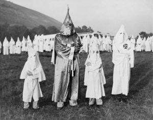 Der Klu-Klux-Klan stellt auch keine Farbigen ein (zumindest keine, die ihre Kapuze nicht tragen) (Quelle